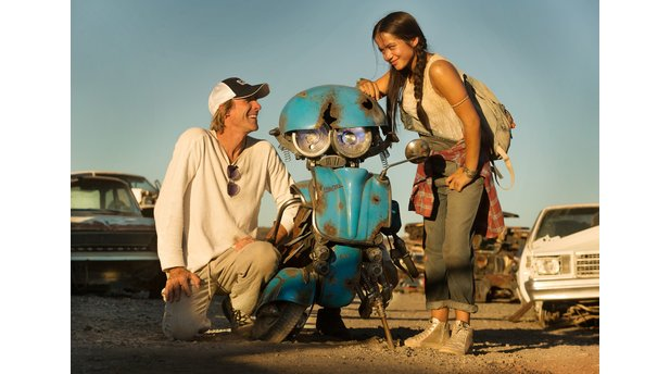 Transformers: The Last Knight: Regisseur Michael Bay mit Isabela Moner und dem kleinen Transformer Squeeks.