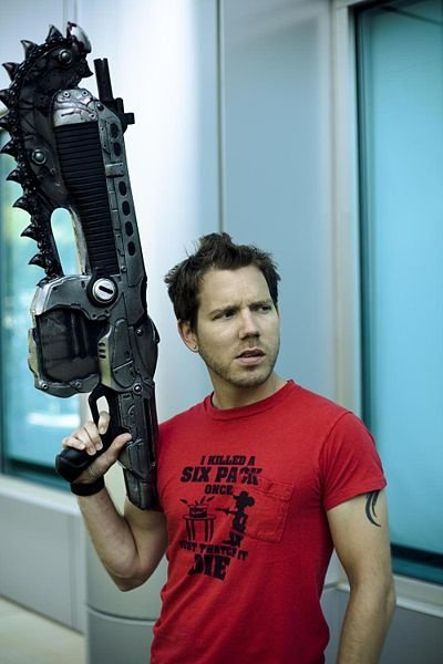 Cliff Bleszinski in gewohnter Lancer-Pose.